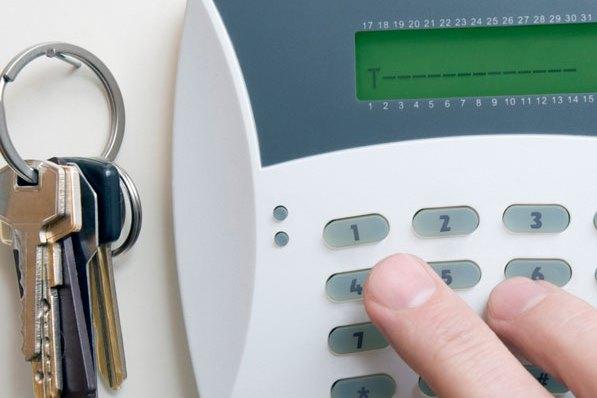 Как обеспечить безопасность квартиры во время отпуска?